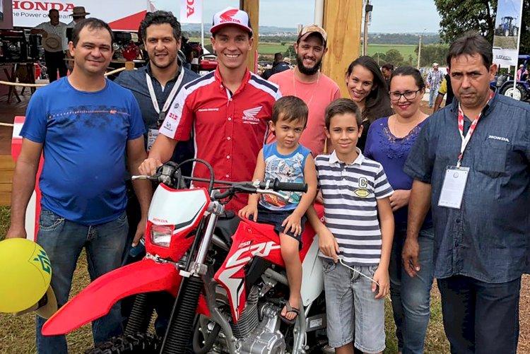 Bissinho Zavatti visita estande da Honda na Agrishow