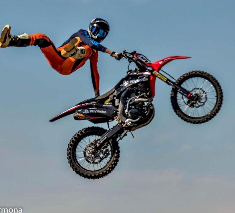 O piloto de Freestyle Motocross Tatá Pelegrino se apresentou no Festival Duas Rodas
