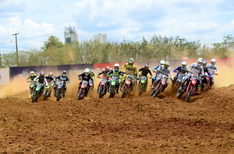 Pilotos de motocross promovem espetáculo